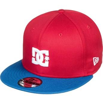 Gorra plana roja snapback con visera azul Empire Fielder de DC Shoes