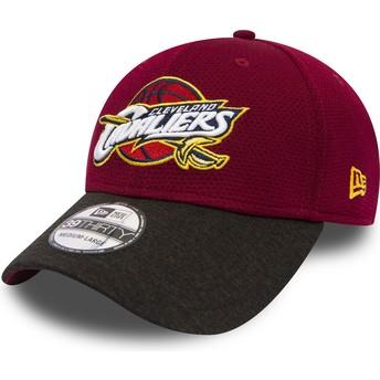 Gorra curva roja ajustada con visera negra 39THIRTY Shadow Tech de Cleveland Cavaliers NBA de New Era